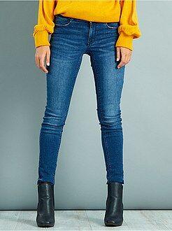 Jeans - Calças de ganga skinny com cintura subida efeito push-up