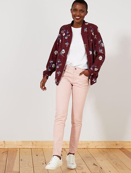 Calças slim elásticas com 5 bolsos                                                                                                                             Violeta Mulher do 34 até 48