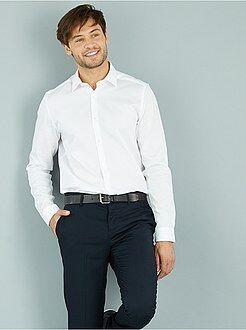 Camisa em algodão com relevo, corte direito e gola italiana