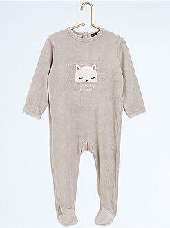 Pijama com pés e estampado animal