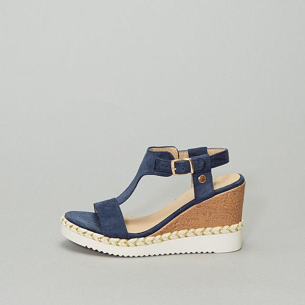 Sandálias com salto compensado