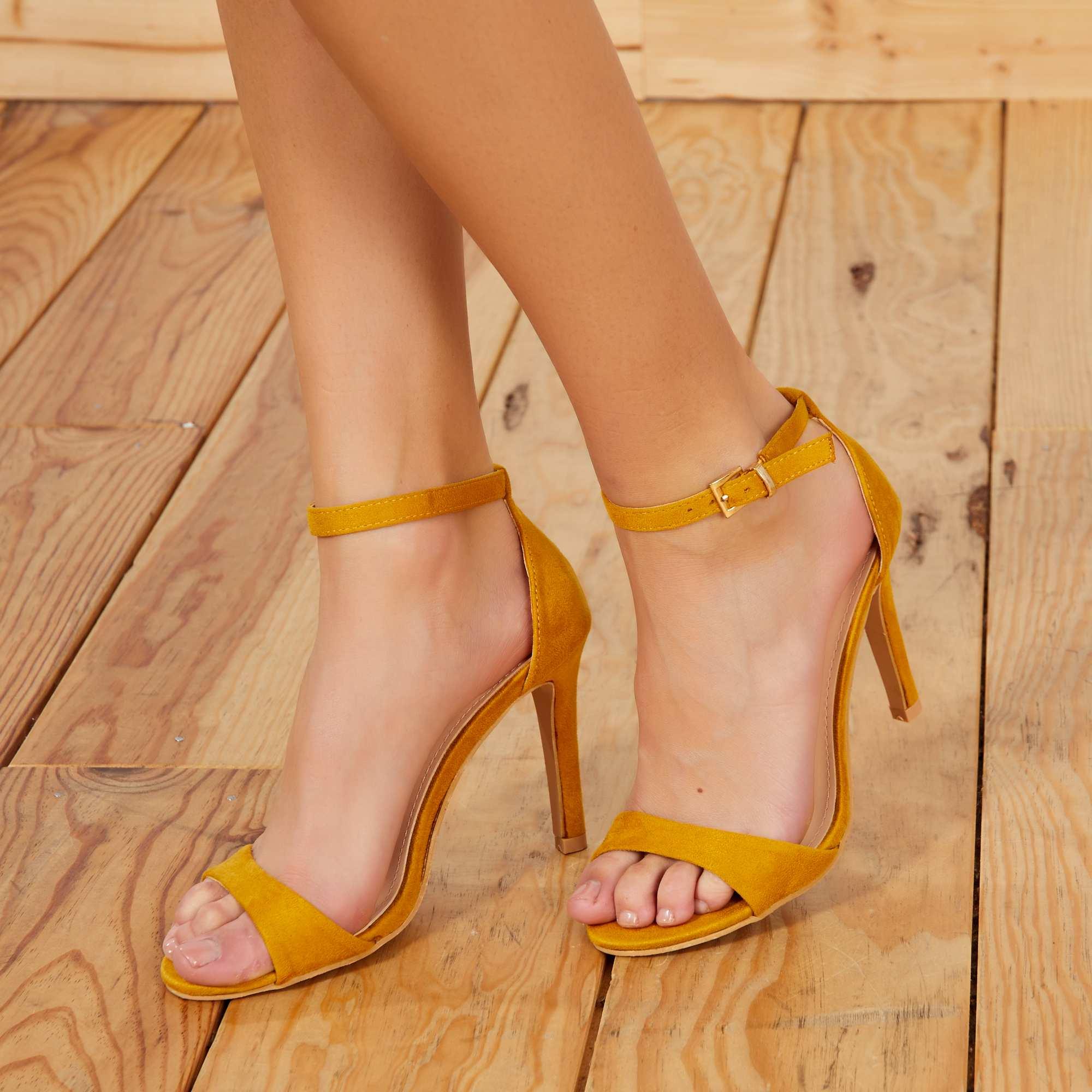 8bf82d6a14 Sandálias com salto fino e tira em camurça Amarelo Calçado. Loading zoom