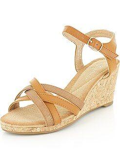 Sandálias compensadas em pele sintética - Kiabi
