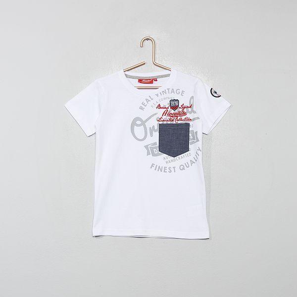 T shirt com bolso e emblemas bordados