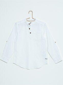T-shirt em algodão e linho com gola mao