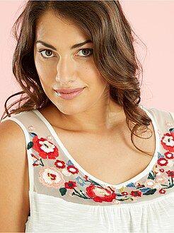 Size + Top com peitilho em rede bordada